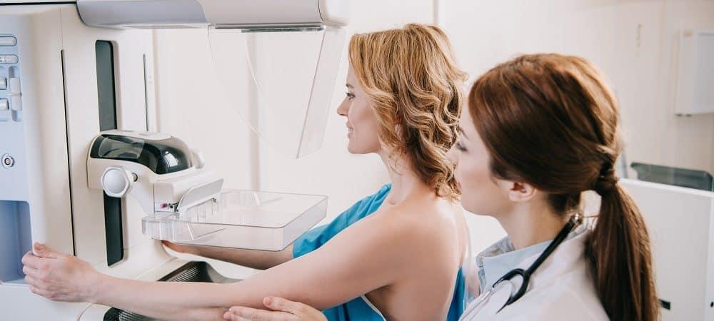 mulher realizando mamografia