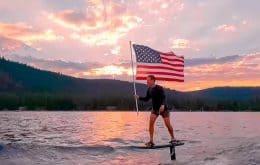 Zuckerberg atleta: CEO do Facebook aparece surfando no dia da pátria dos EUA
