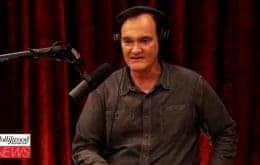 De forma bem-humorada, Quentin Tarantino rebate várias controvérsias e críticas sobre a carreira