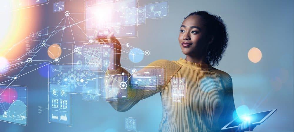 Imagem mostra uma mulher usando um painel digital para realizar uma tarefa