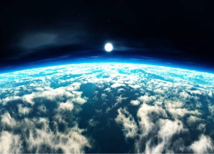 Imagem mostra o planeta Terra, coberto de nuvens