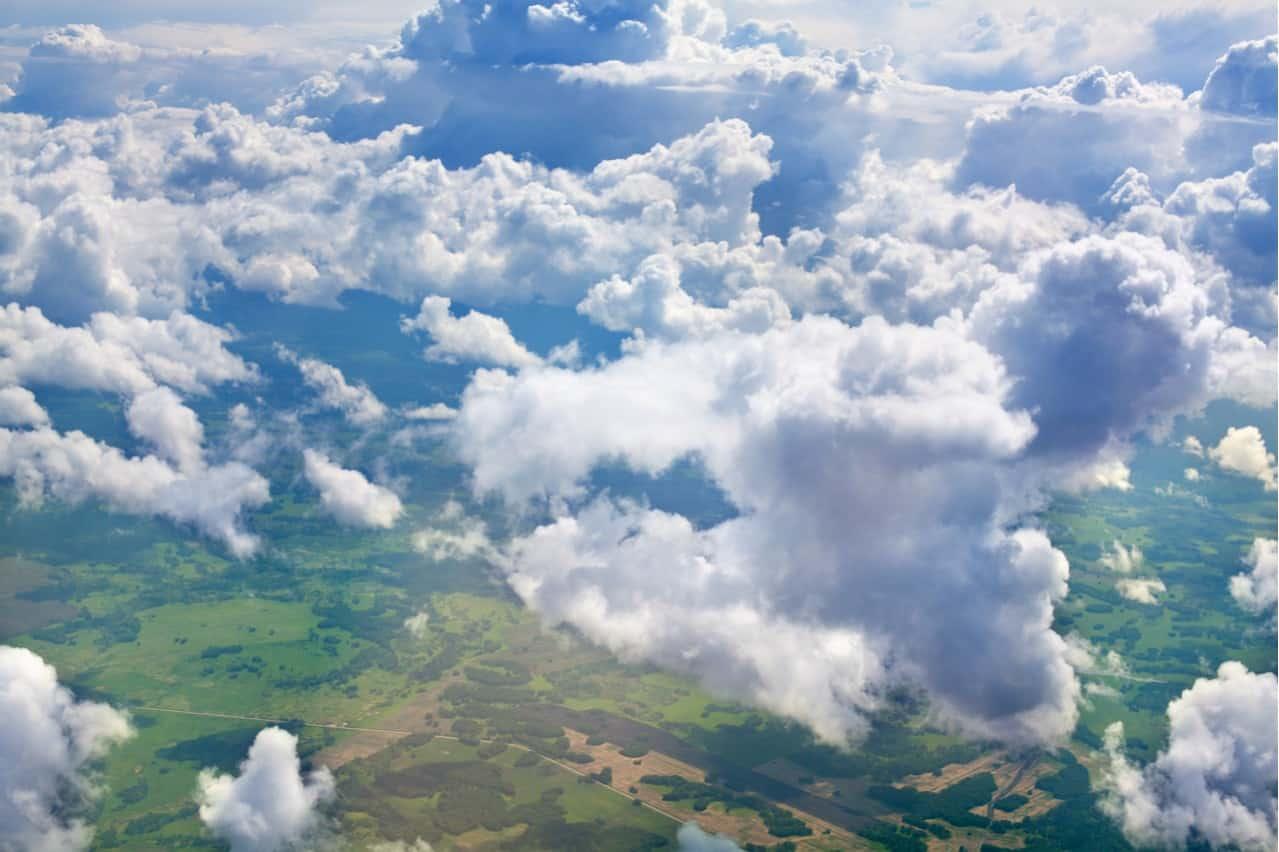 Imagem mostra algumas nuvens da Terra, que segundo pesquisadores, pode contribuir para a piora do aquecimento global