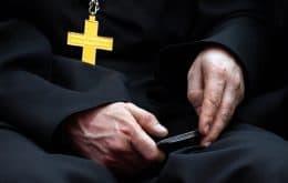 Padre renuncia a cargo após ter celular invadido e dados íntimos vazados
