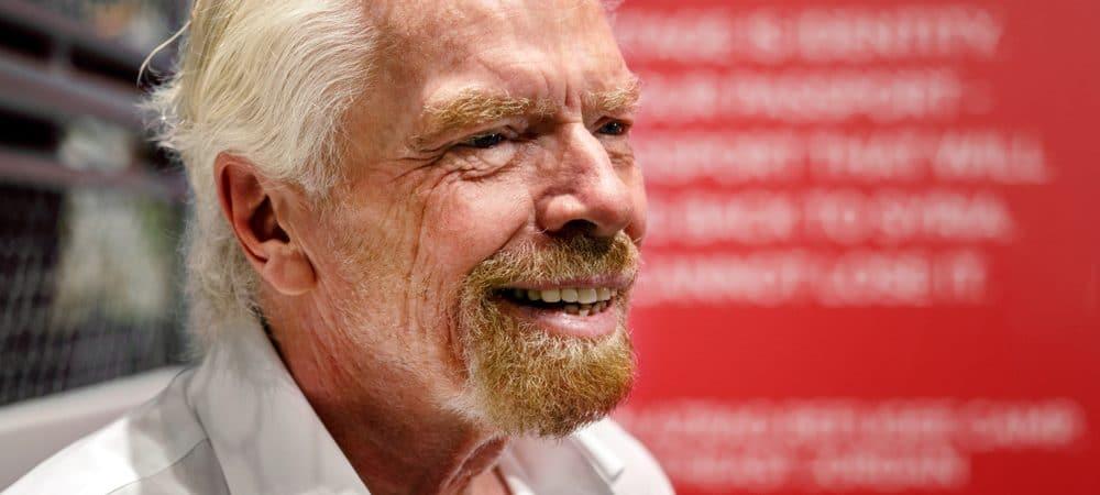 Richard Branson, CEO da Virgin Group, em evento nos Emirados Árabes