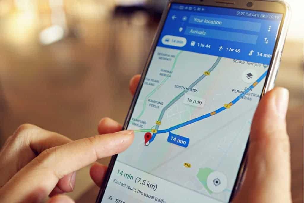 Imagen de un teléfono inteligente que muestra una ruta en Google Maps, con un dedo navegando por la pantalla. Recientemente, se encontró una ruta potencialmente fatal en Google Maps y la compañía está investigando el caso.