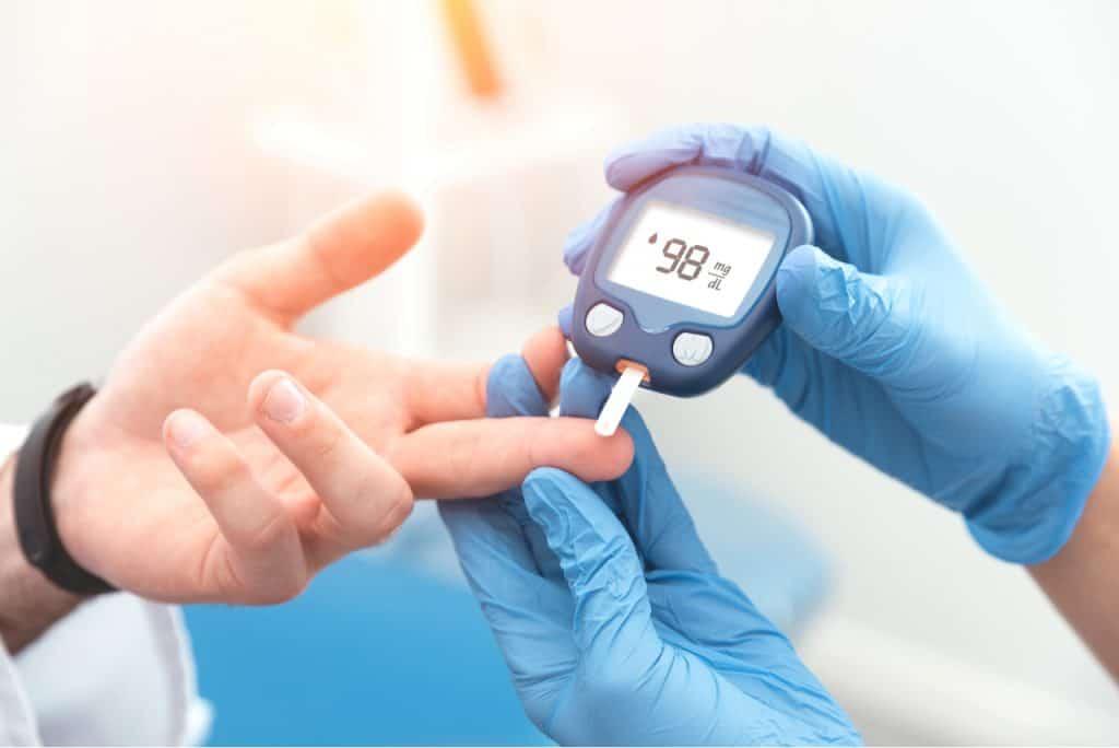 Um fornecedor da Apple desenvolveu novo método que mede o açúcar no sangue de forma não invasiva.  Na foto, um coletor de sangue perfura a pele do paciente para avaliar nível de açúcar.
