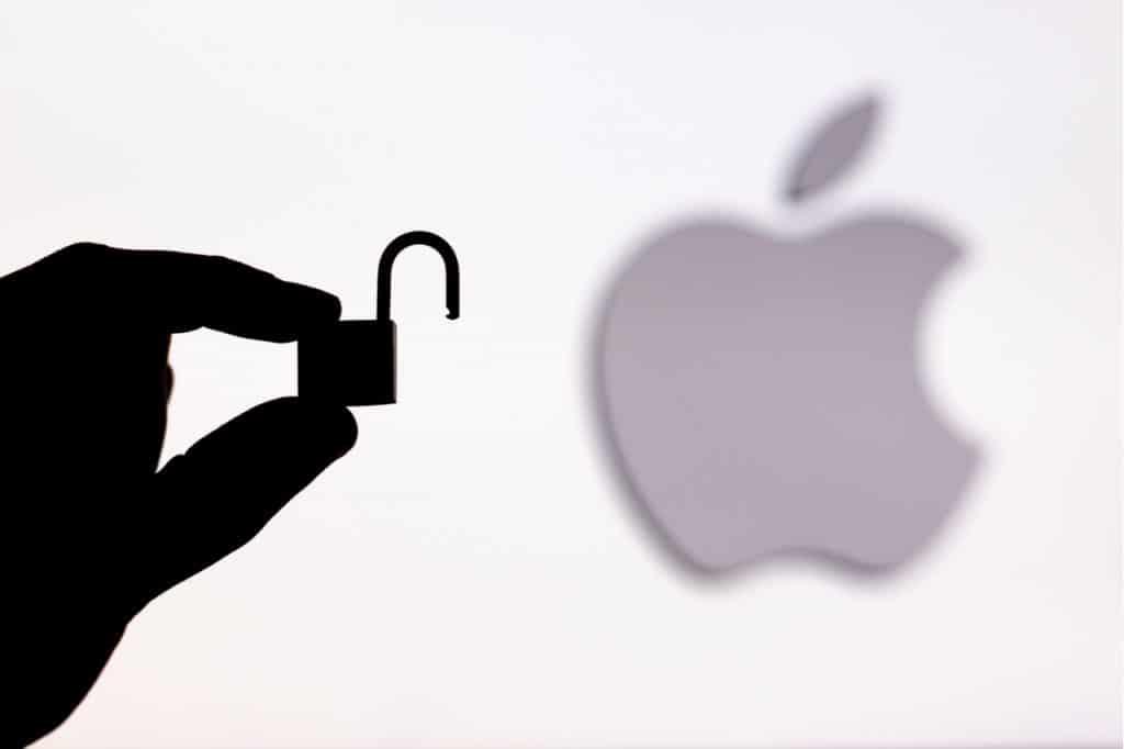 Imagem mostra a logomarca da Apple ao fundo, com um cadeado à frente