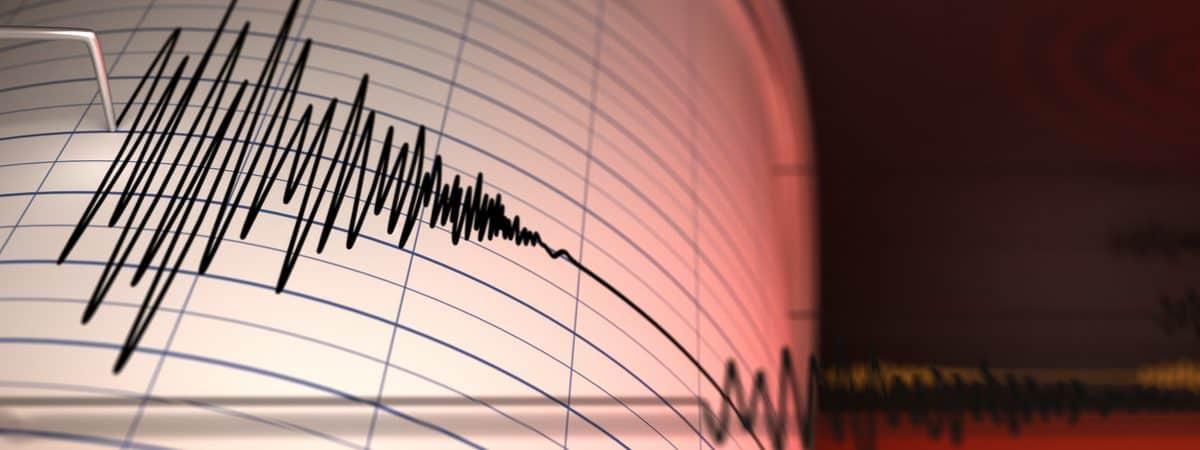 Imagem mostra um papel com análise sismógrada, identificando a ocorrência de um terremoto