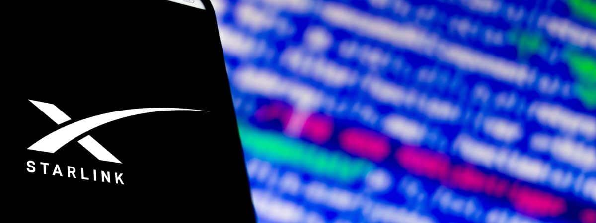 Imagem mostra a tela de um celular com a logomarca da Starlink em sua tela