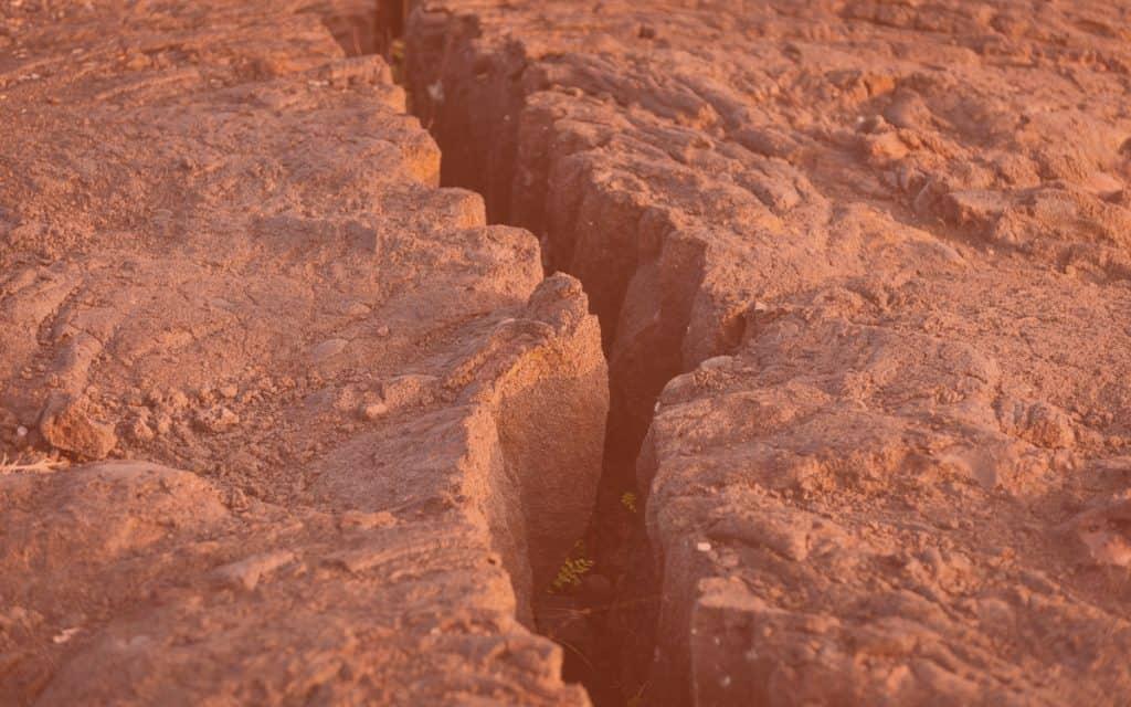 Imagem mostra rachadura no chão vinda de terremotos. Análises de tremores em Marte indicam que seu núcleo é bem maior do que pensávamos