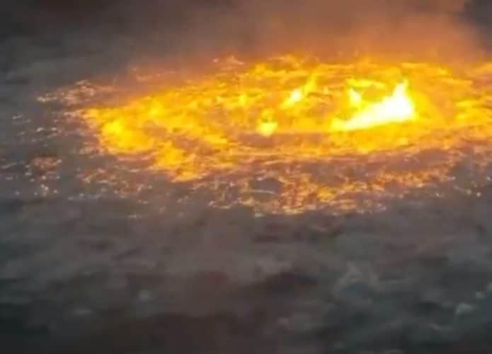 Imagem mostra fogo no meio do oceano, mais precisamente próximo a uma plataforma de petróleo no Golfo do México
