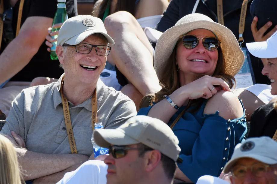 Bill Gates e Melinda French em uma arquibancada
