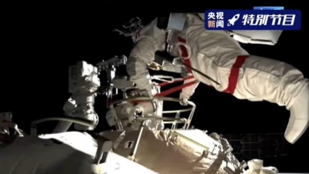 Astronauta chinês durante caminhada espacial