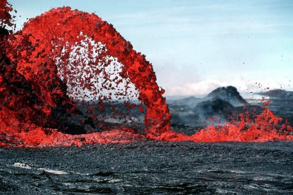 Um vulcão entrando em erupção