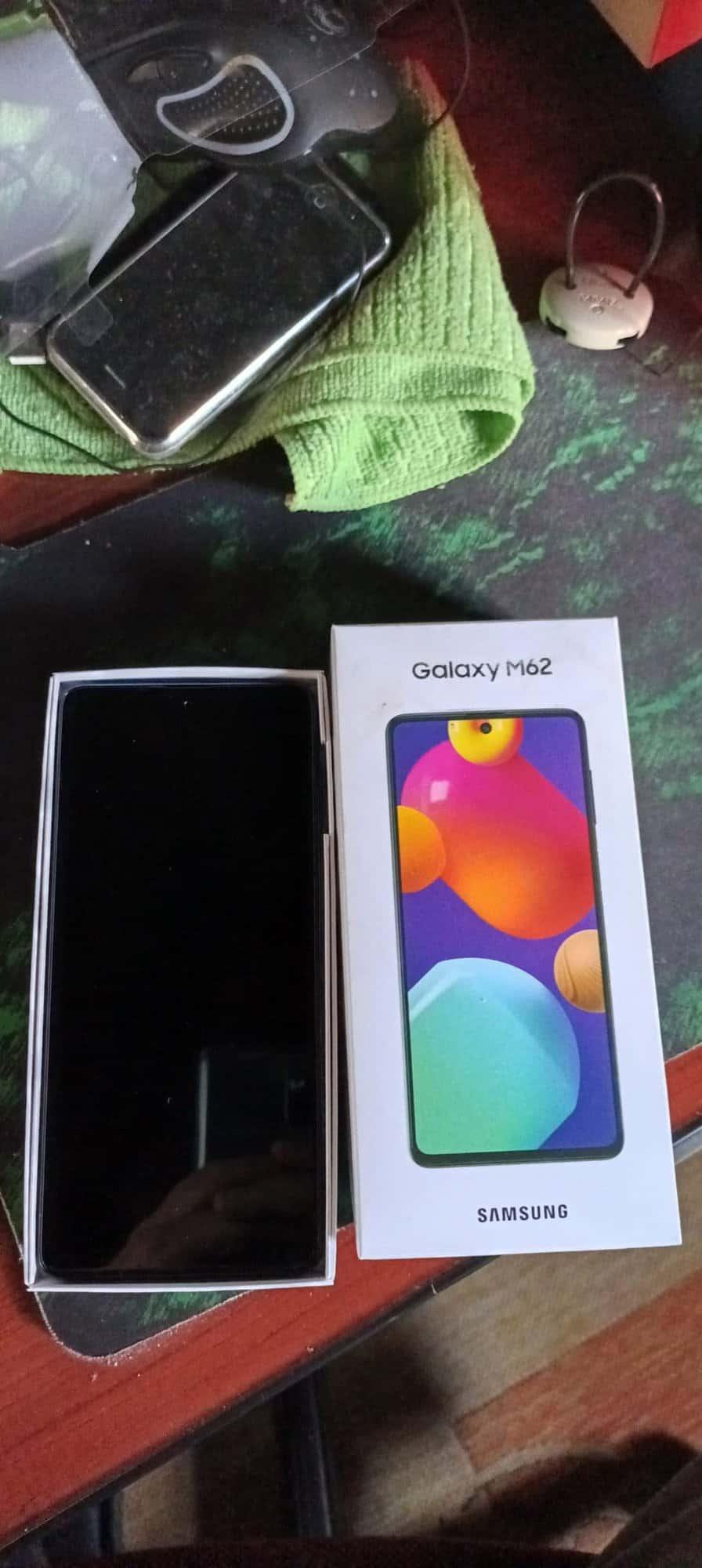 Imagem mostra a caixa do Samsung Galaxy M62, aberta e com o aparelho à mostra. Samsung lançou o Galaxy M32 e o Galaxy M62 no varejo online brasileiro em 2 de agosto
