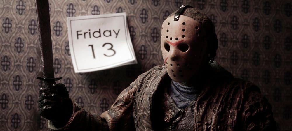 Jason com faca na mão e calendário atrás marcando sexta-feira 13