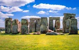 Stonehenge recebe reparos em rachaduras e buracos