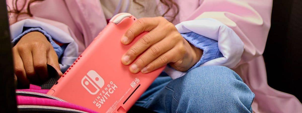 Console Nintendo Switch Lite na cor coral sendo colocado em uma bolsa