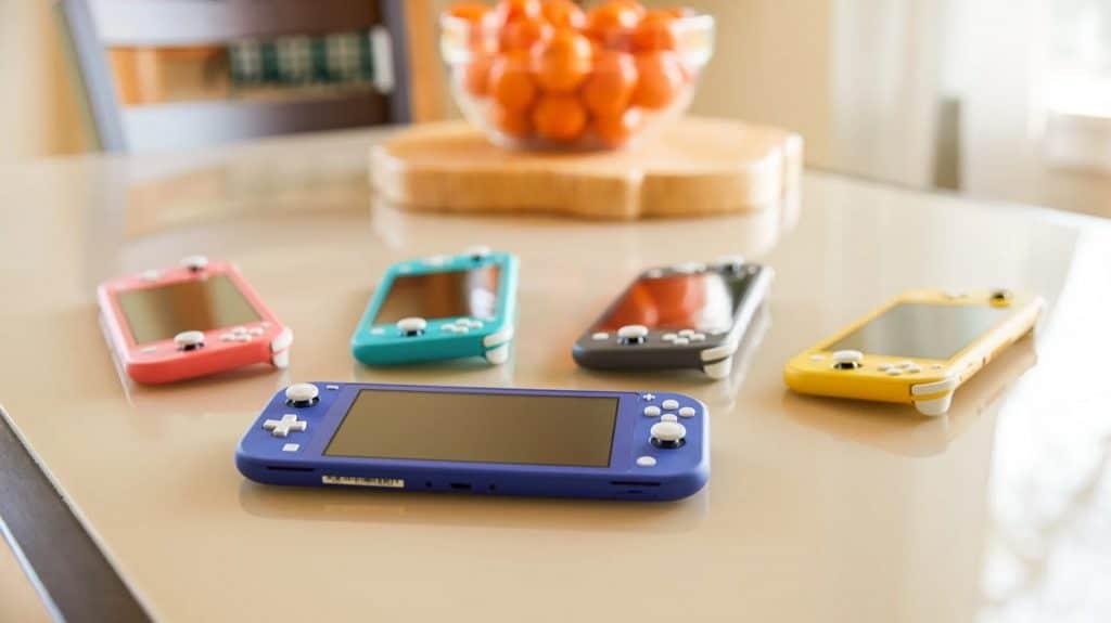 Mesa com diversos consoles Nintendo Switch Lite