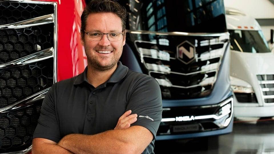 Trevor Milton na frente de caminhões da Nikola