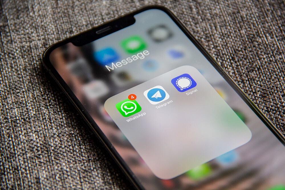 tela de celular mostrando WhatsApp com notificações