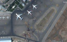 Talibã assume Afeganistão: Imagens de satélite mostram multidão no aeroporto de Cabul