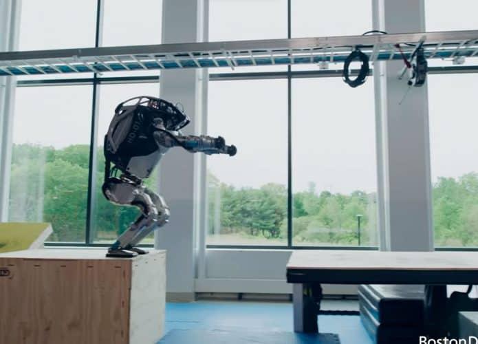 Boston Dynamics divulga novos vídeos em que robô Atlas aparece fazendo movimento de parkour. Divulgação: Boston Dynamics