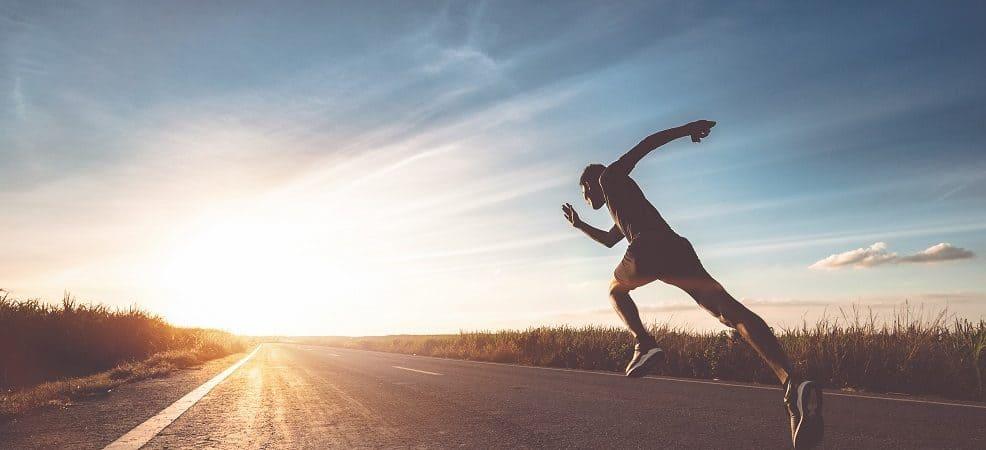 um homem correndo