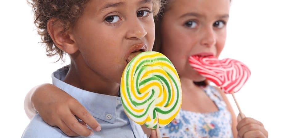 crianças comendo pirulito