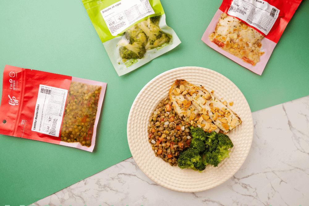 Imagem mostra embalagens de comidas congeladas da startup Liv Up