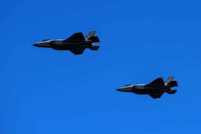 Imagem mostra dois caças F-35, da Lockheed Martin, sobrevoando o céu azul