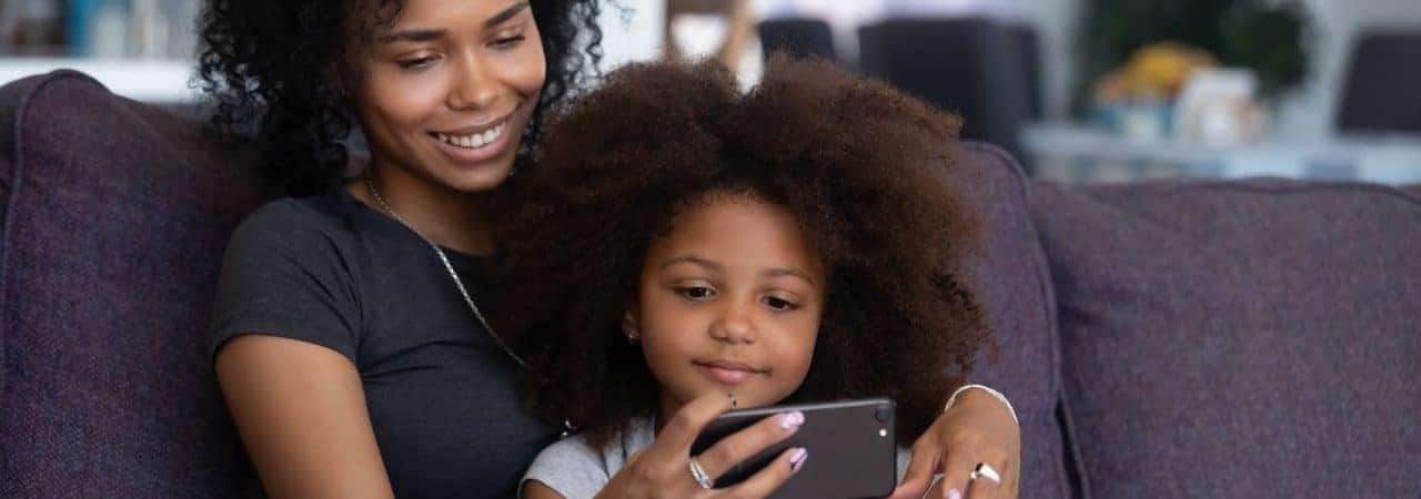 Madre e hijo ven video en el teléfono celular