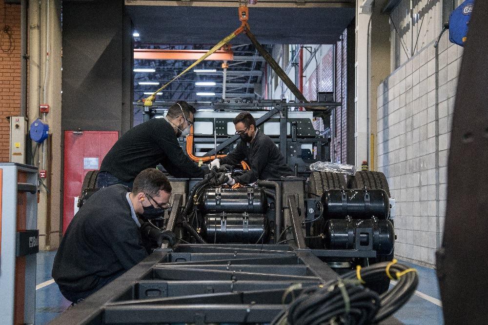 Engenheiros trabalham no motor elétrico do eO500U