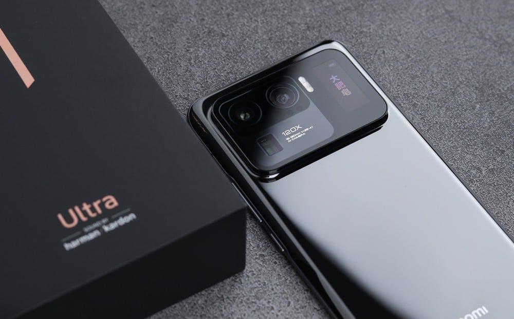 Imagem mostra o Mi 11 Ultra, smartphone topo de linha da Xiaomi, que deve superar a Samsung e tomar o primeiro lugar no ranking de vendas de smartphones