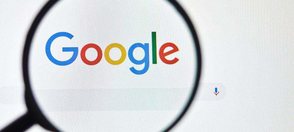 Logotipo da página de pesquisa do Google através de uma lupa na tela de um computador