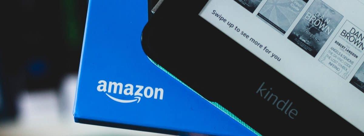 Imagem mostra um Kindle sendo retirado de uma caixa com o logotipo da Amazon