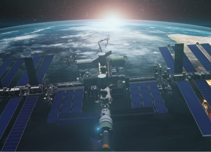 Imagem mostra a Estação Espacial Internacional em close, com a Terra ao fundo