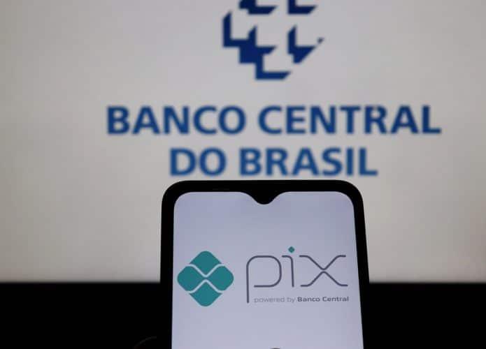 Logotipo Pix na tela do smartphone com o logotipo do Banco Central do Brasil exibido ao fundo. Pix Brasil é um sistema de pagamento instantâneo