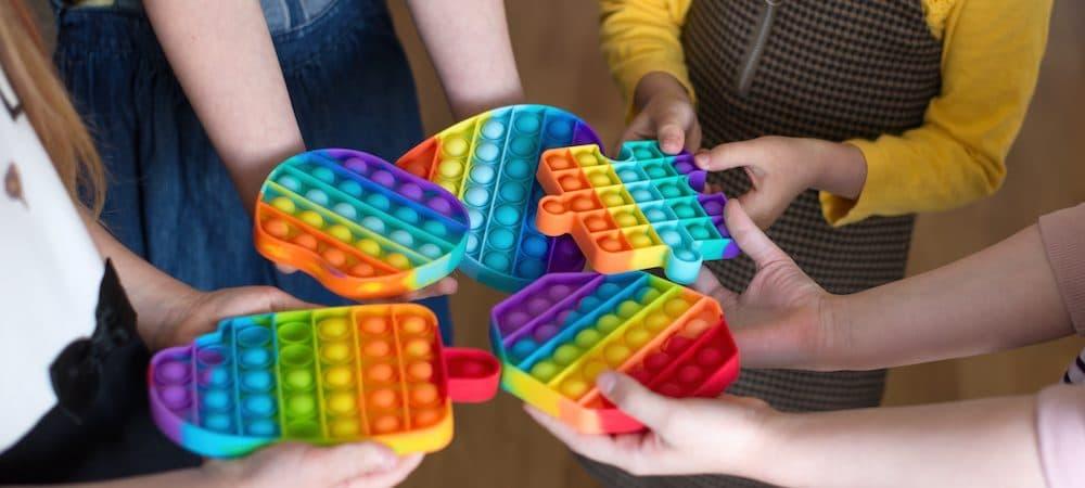 Criança brincando com Pop It Crédito: Shutterstock