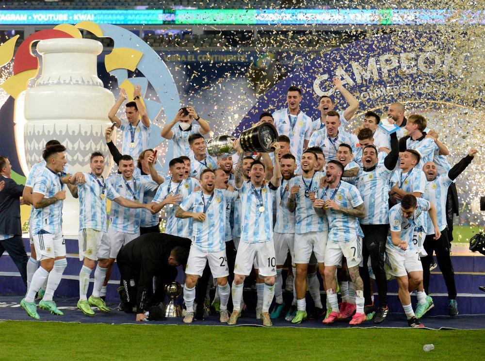 Lionel Messi, da Argentina, segura o troféu ao comemorar com seus companheiros de equipe após derrotar o Brasil por 1 a 0 na final da Copa América