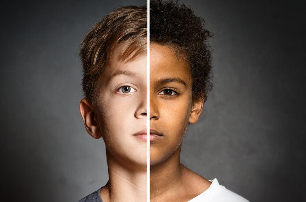 Imagem dividida ao meio mostra duas crianças - uma branca à esquerda e uma negra à direita. Ela simboliza descoberta recente feita pelo Twitter, que admiriu racismo e sexismo em algoritmo de corte automático de imagens na rede social