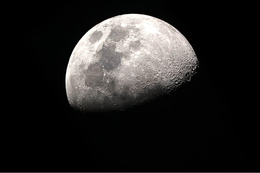 Imagem mostra a superfície lunar durante a noite: Nasa paga prêmio de US$ 500 mil por tecnologia de mineração da Lua