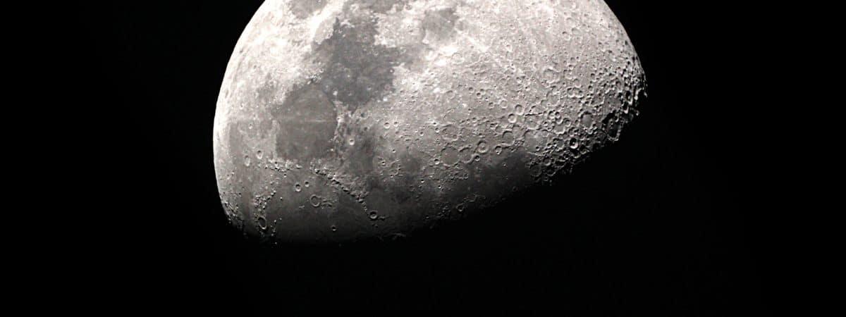 Imagem mostra a Lua, exemplificando seu lado mais iluminado e também o mais escuro