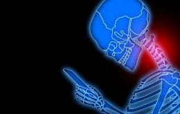 Ficar muito tempo no celular pode causar síndrome de text neck; entenda