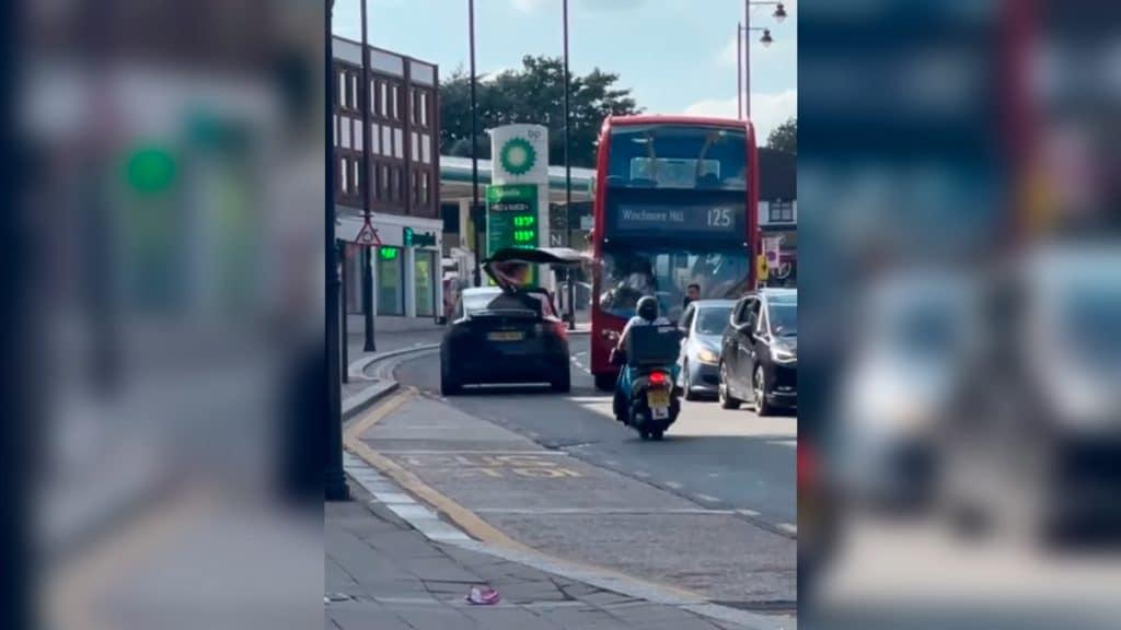 tesla batendo em ônibus na rua