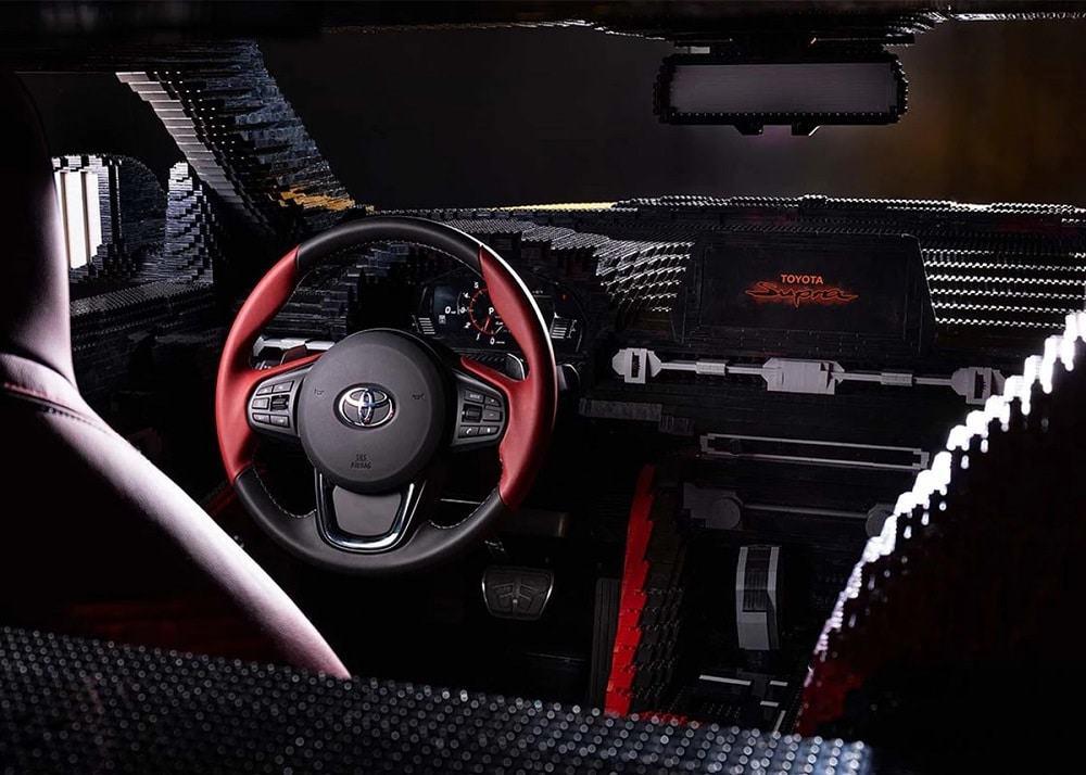Parte interna do Toyota Supra Lego
