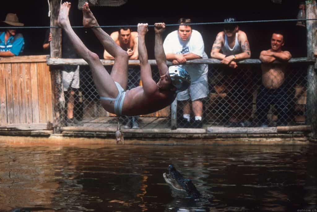 Steve-O enfrentou uma piscina de crocodilos no primeiro filme do 'Jackass'. Imagem: Paramount Pictures/Divulgação