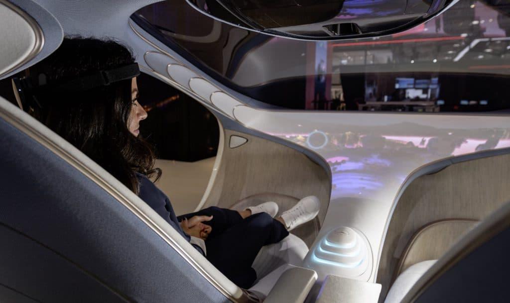 moça dentro de um carro da Mercedes-Benz que pode ser controlado pela mente