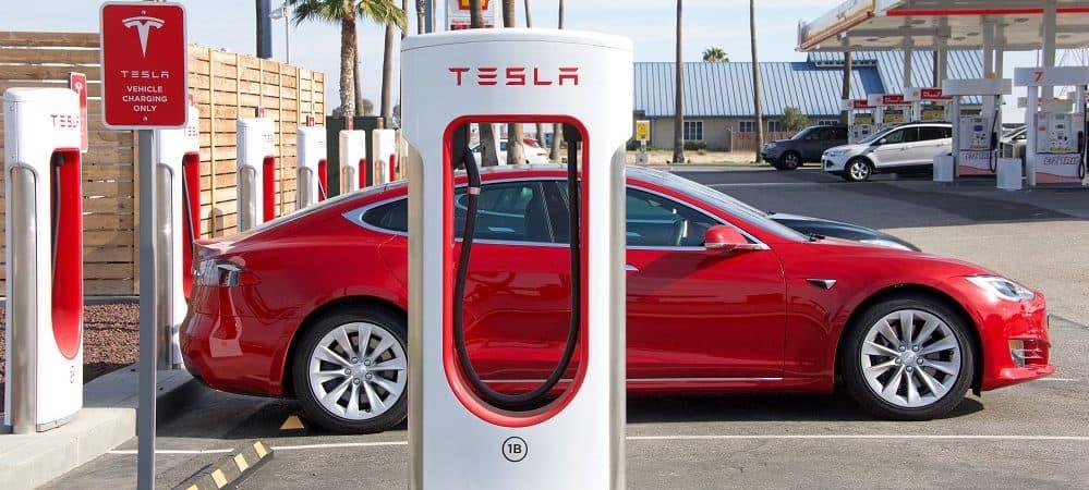 Carro da Tesla sendo carregado