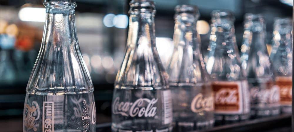Imagem mostra garrafas de vidro com o logotipo da Coca-Cola enfileiradas